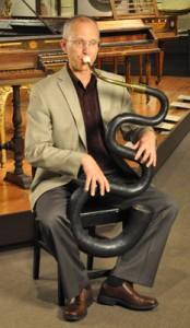 Douglas Yeo tocando el Serpentón