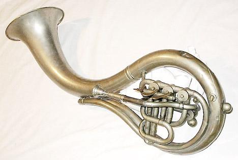 Esta curiosa tuba americana está afinada en Eb, y fue patentada por L. Schreiber el 12 de Septiembre de 1865. Mide 100.5 de longitud.